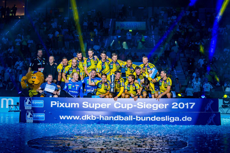"""Stuttgart, 23. August 2017. Beim """"Pixum Super Cup"""", dem offiziellen Auftakt zur 52. Spielzeit der DKB Handball-Bundesliga, trifft der amtierende Deutsche Meister, die Rhein-Neckar Löwen (gelb), auf den amtierenden Deutschen Pokalsieger THW Kiel (weiß)."""